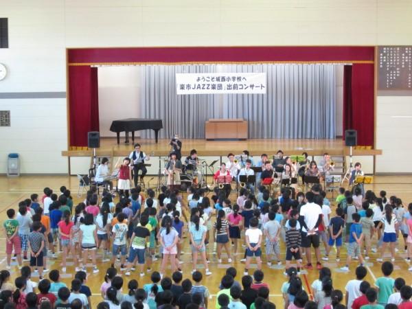 岐阜市立城西小学校での出前コンサート。子どもたちと合唱曲「ビリーブ」でコラボ(2015年9月)