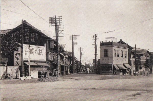 明治中期頃の品川宿入口(中央が旧東海道、手前が現在の国道15号)