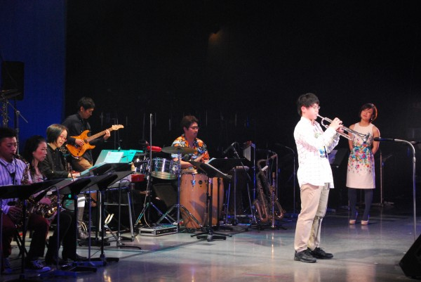 第9回ぎふジャズフェスティバル、高校生のトランペットソロを粥川さん(右端)が見守る
